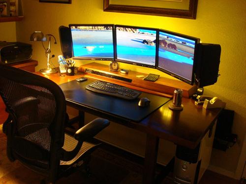 komputery przy monitorze